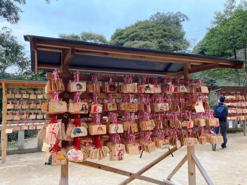 「鬼滅の刃」のいわゆる聖地のひとつ、福岡県太宰府市の宝満宮竈門神社[ほうまんぐうかまどじんじゃ]。「鬼滅」のキャラクターが描かれた絵馬がたくさん奉納されています